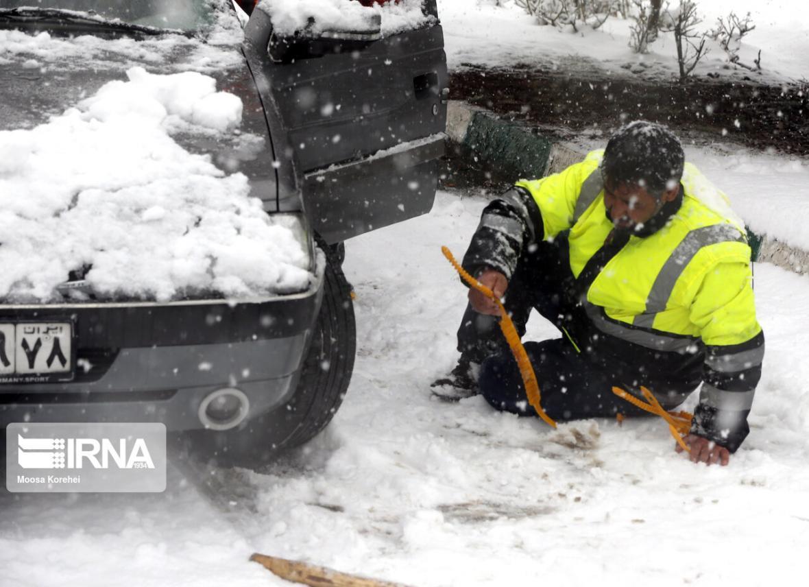 خبرنگاران کمک رسانی پلیس خراسان شمالی به 100 خودرو گرفتار در برف