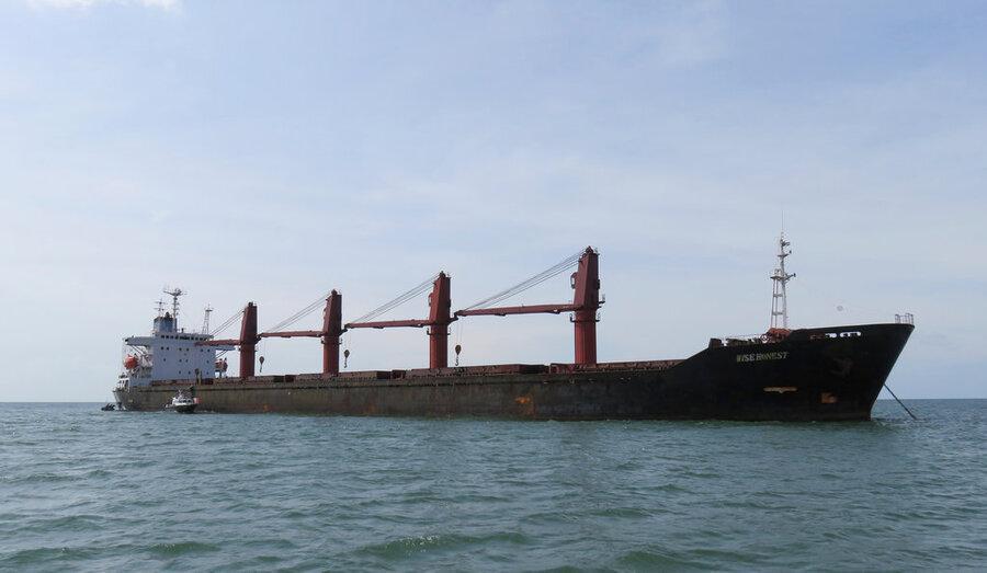 کشتی باری ایران در آب های سنگاپور به گل نشست